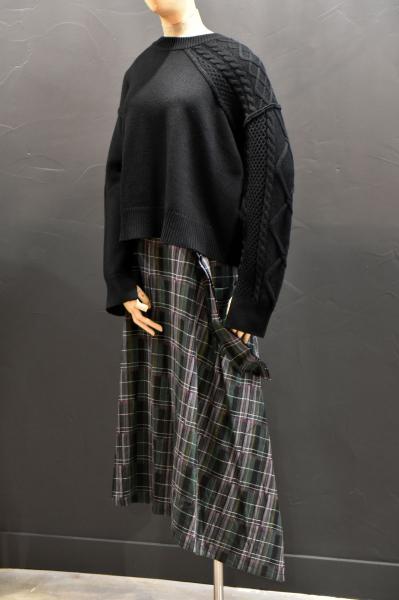 Jupe écossaise et pull noir