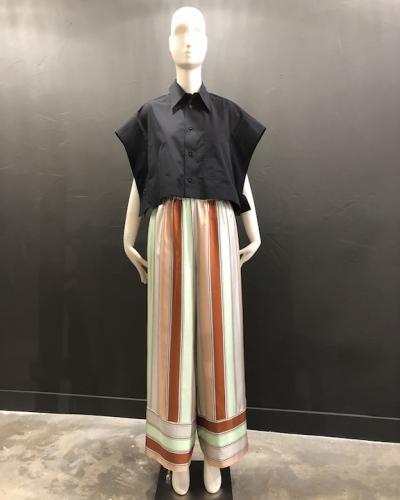 Pantalon large fluide en soie imprimée de larges bandes aux couleurs pastels.