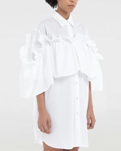 Robe chemise blanche à volant amovible.